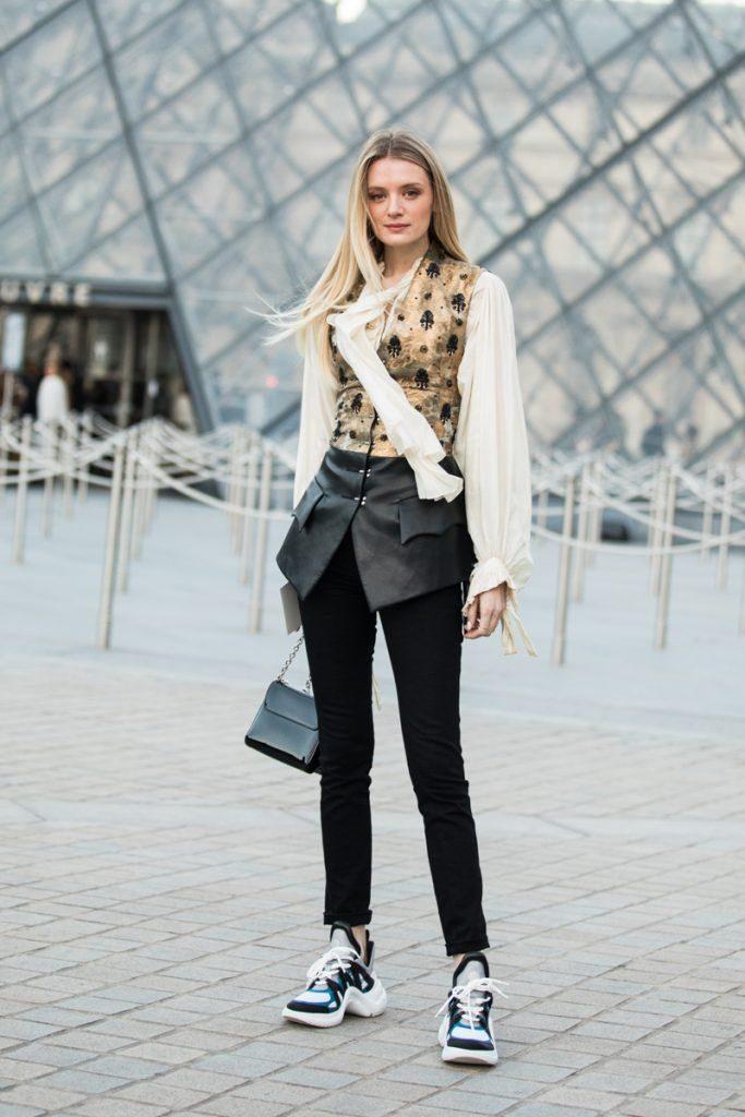 jak nosić trampki do jeansów stylizacja