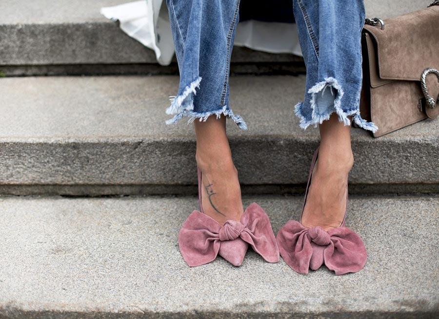 eleganckie zamszowe szpilki damskie do jeansów i białej koszuli