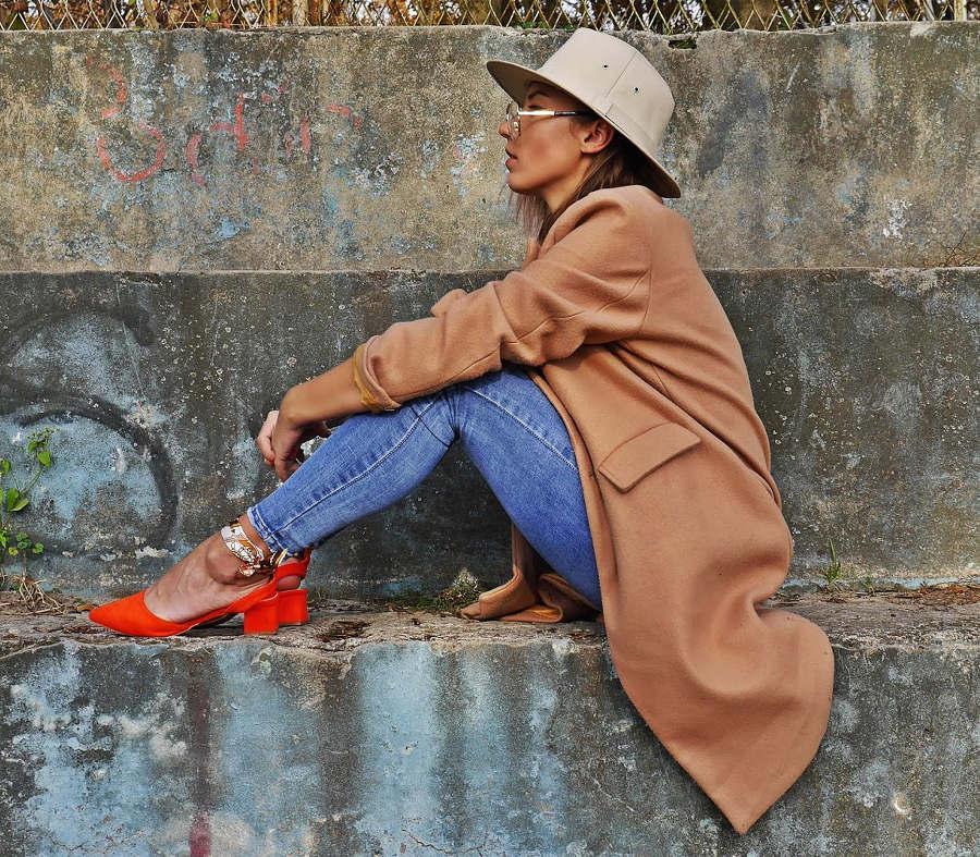 miodowy płaszcz do jeansów i pomarańczowe czółenka wiązane w kostce