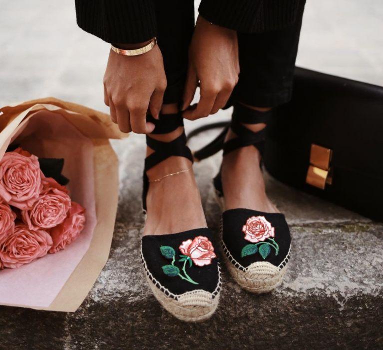 modne czarne espadryle z haftem róży