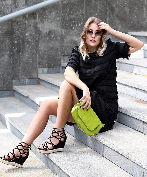 czarne koturny damskie espadryle - stylizacja na lato do czarnej sukienki