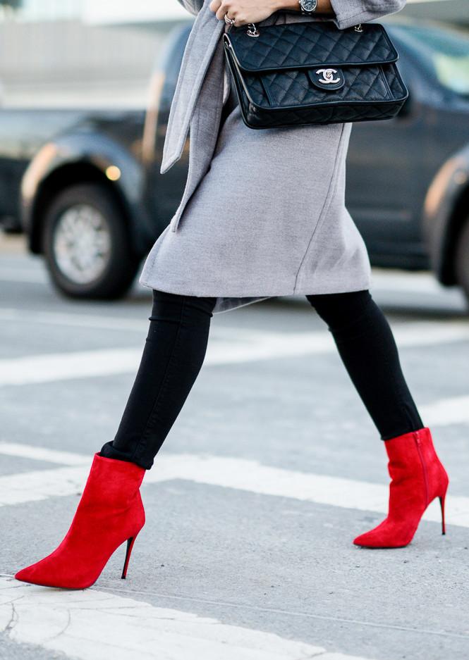 czerwone szpilki do szarego płaszcza i do jeansów