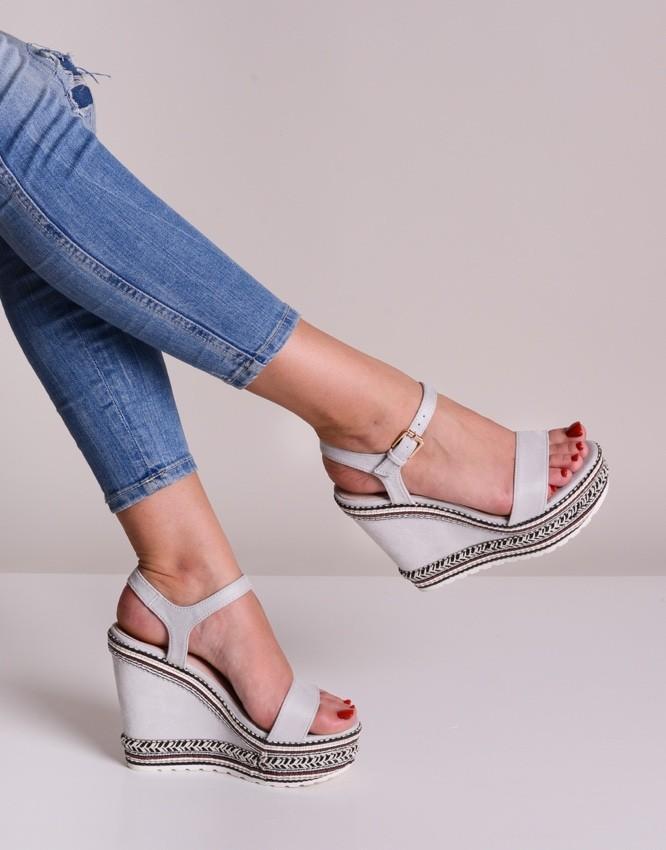 sandały koturny na lato w kolorze srebrnym