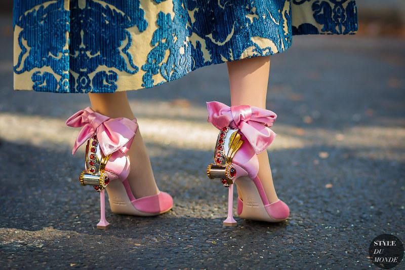 różowe sandały z kokardą na eklektycznym słupku marki Miu Miu