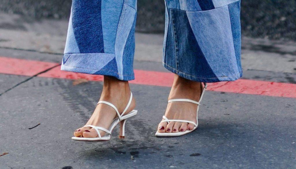 beżowe sandały z cienkimi paskami na niskim obcasie i jeansy