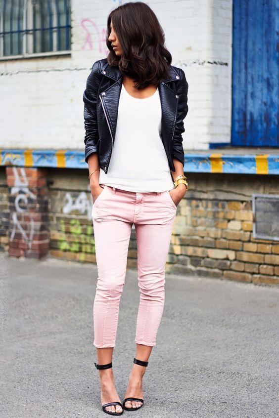 dziewczyna w czarnej ranomensce, białej bluzce i różowych spodniach w czarnych sandałkach na szpilce
