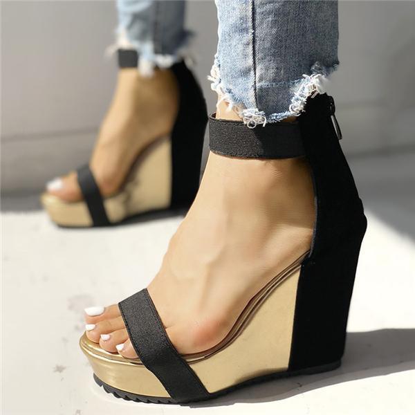 czarne sandały na koturnie do jeansów