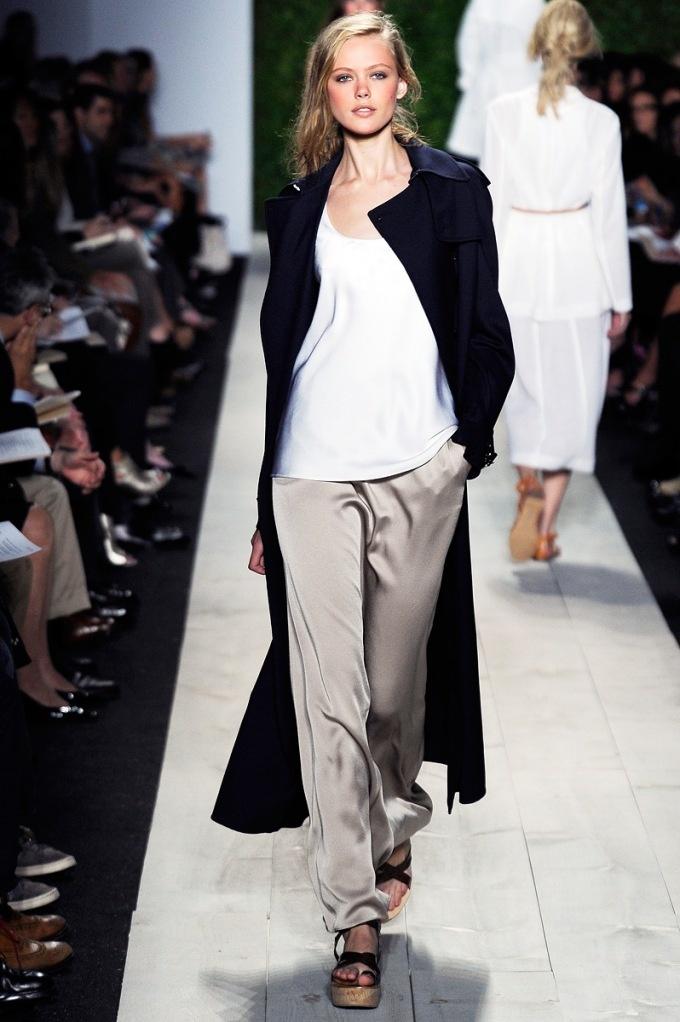 modne sandały damskie na wybiegu do granatowego płaszcza i błyszczących, beżowych spodni