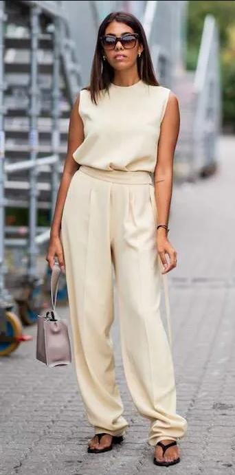 japonki w eleganckiej stylizacji do beżowych spodni i bluzki