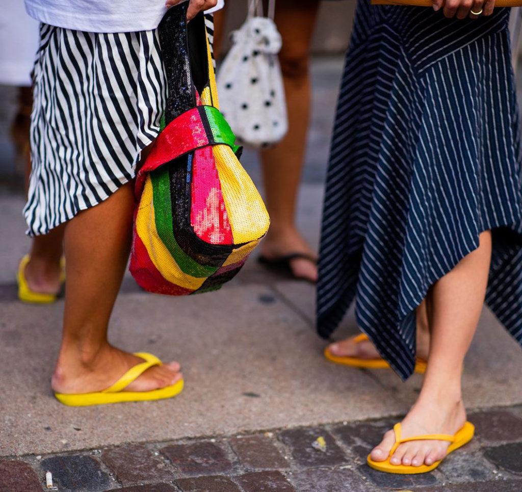 Do czego nosić klapki żółte, zielone i czerwone. Modne stylizacje z japonkami
