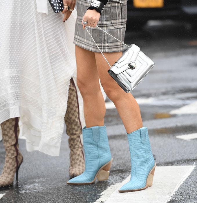 modne kowbojki damskie na obcasie niebieskie ze srebrną torebką stylizacja